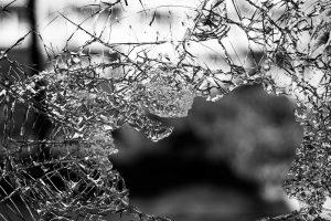 台風で窓ガラスが壊れるかも。